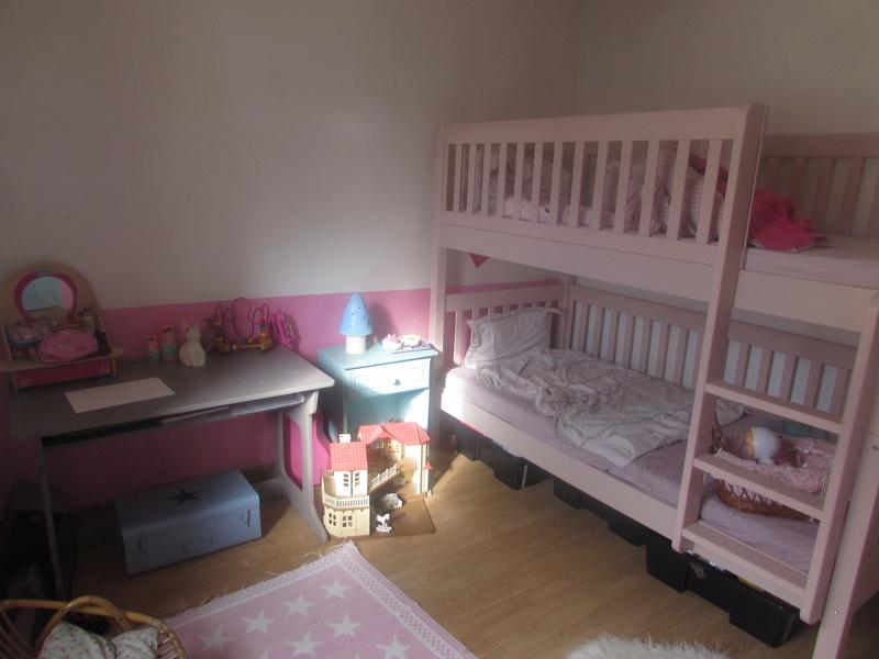 chambre fille aubergine rose et touche de turquoise a marche. Black Bedroom Furniture Sets. Home Design Ideas