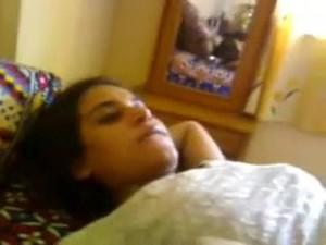 مزة جاحدة مع عشيقها فى شقة مفروشة يرقدها على السجادة