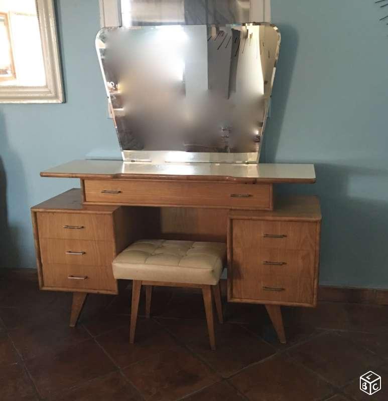 Coiffeuse et objets de salle de bains for Coiffeuse de salle de bain